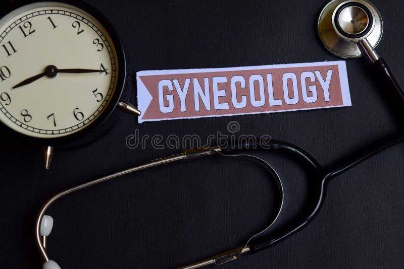 Ginecologia no papel com inspiração do conceito dos cuidados médicos despertador, estetoscópio preto fotografia de stock
