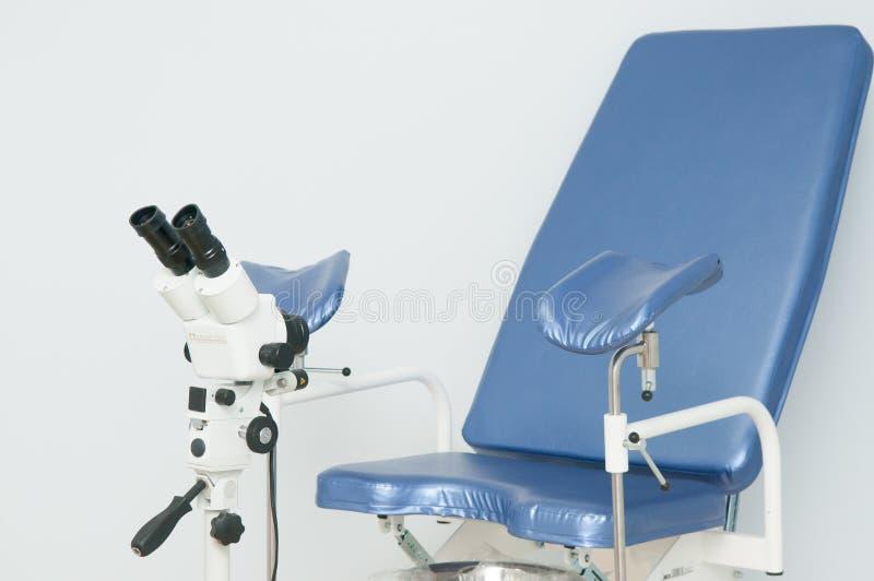 Ginekologiczny krzesło i colposcope w klinice fotografia stock