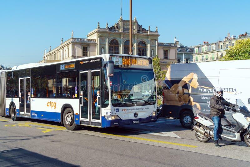 Ginevra, Svizzera - 18 ottobre 2017: Bus moderno al posto Neuv fotografia stock libera da diritti