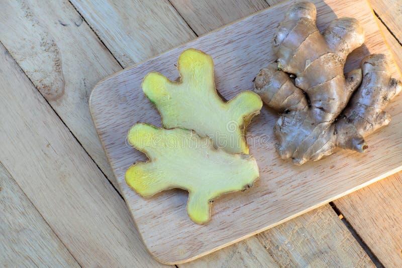 Gingembre frais sur le hachoir en bois, concept d'ingrédient d'herbe image stock
