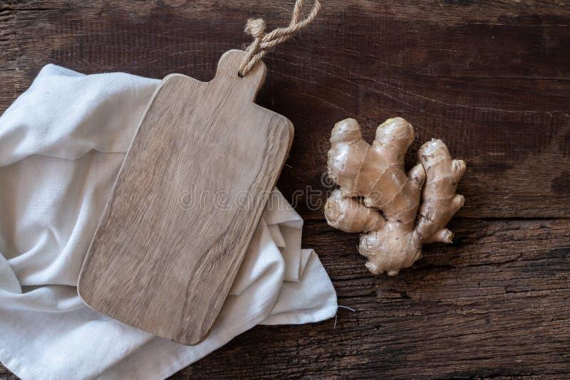 Gingembre frais sur le hachoir en bois, concept d'ingr?dient d'herbe photo libre de droits