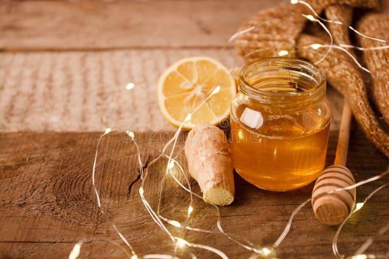 Gingembre, miel et citron, le concept de la médecine naturelle, guirlande de vacances, concept à la maison confortable d'hiver photo stock
