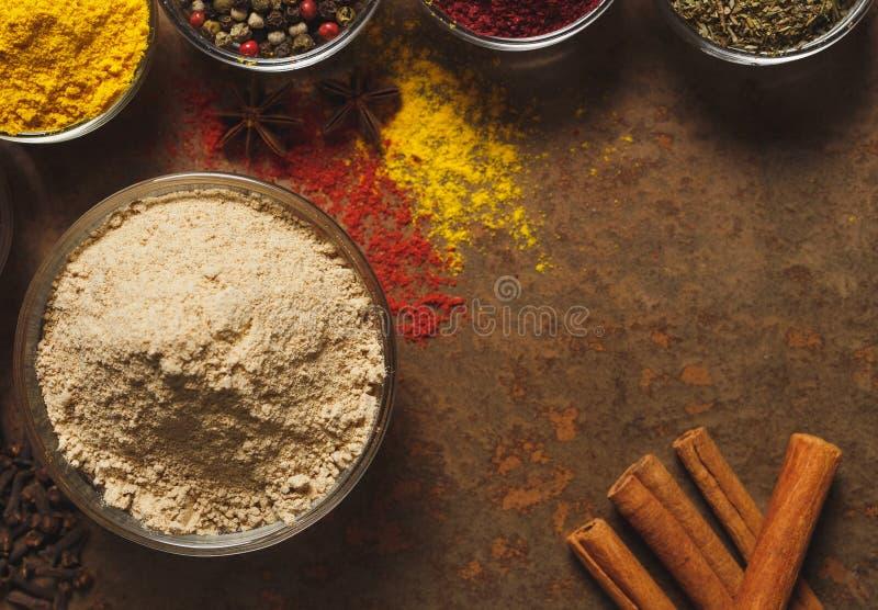 Gingembre moulu Place pour le texte Différents types d'épices dans une cuvette sur un fond en pierre La vue ? partir du dessus photographie stock