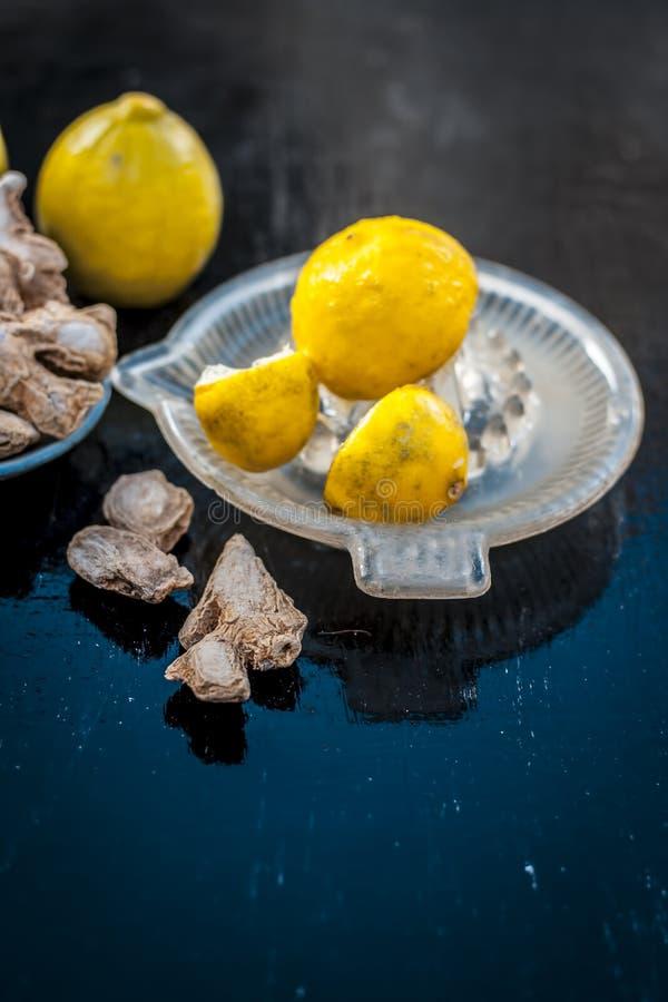 Gingembre sec avec le citron et son jus avec le presse-fruits sur en bois surface images stock