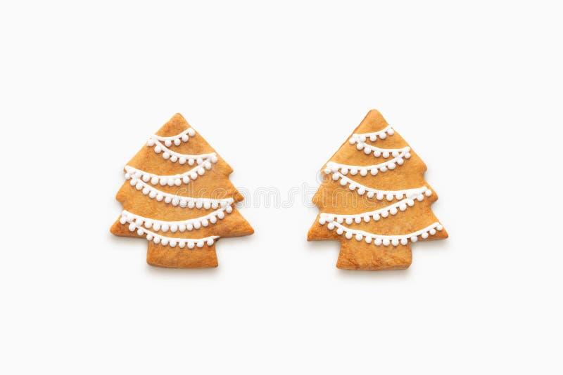 Ginger Christmas trädkakor som isoleras på vit bakgrund arkivbilder
