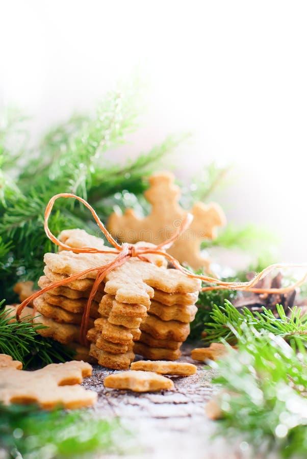 Ginger Cookies Snowflakes a attaché par une corde D'isolement dans le blanc image stock