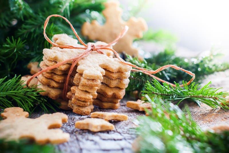 Ginger Cookies Snowflakes en composition en Noël photos stock