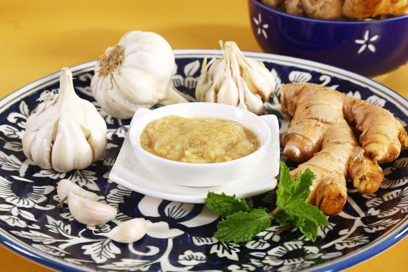 Ginger Garlic Paste mit Mörser und Stampfe lizenzfreie stockbilder