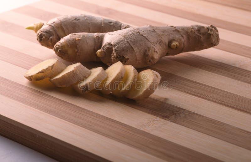 Ginger Root sur la planche à découper image stock