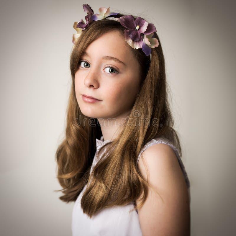 Ginger Teenage Girl With una tiara de la flor foto de archivo