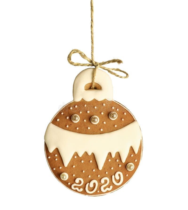 Gingerbröd i form av en julboll med text 2020 på ett rep som är isolerat på vitt royaltyfria foton