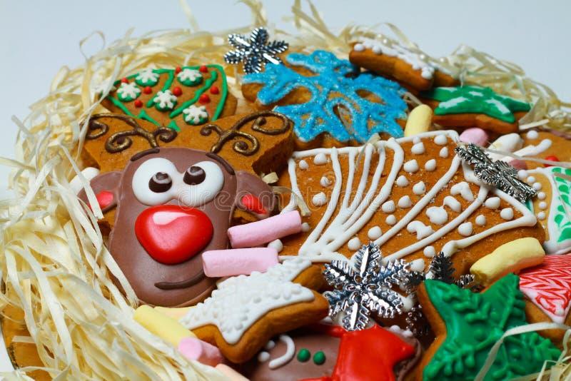gingerbread Biscotti della renna I dolci di Natale sono fatti a mano in un bello pacchetto fotografie stock libere da diritti