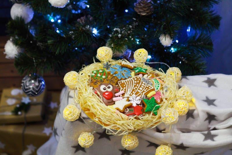 gingerbread Biscotti della renna I dolci di Natale sono fatti a mano in un bello pacchetto immagine stock libera da diritti