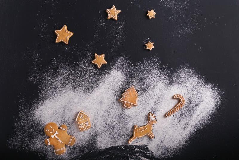 gingerbread Biscotti di Natale su un fondo nero fotografie stock libere da diritti