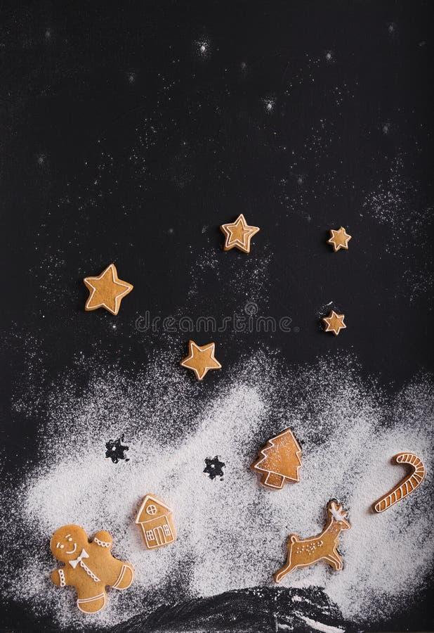 gingerbread Biscotti di Natale su un fondo nero immagini stock libere da diritti