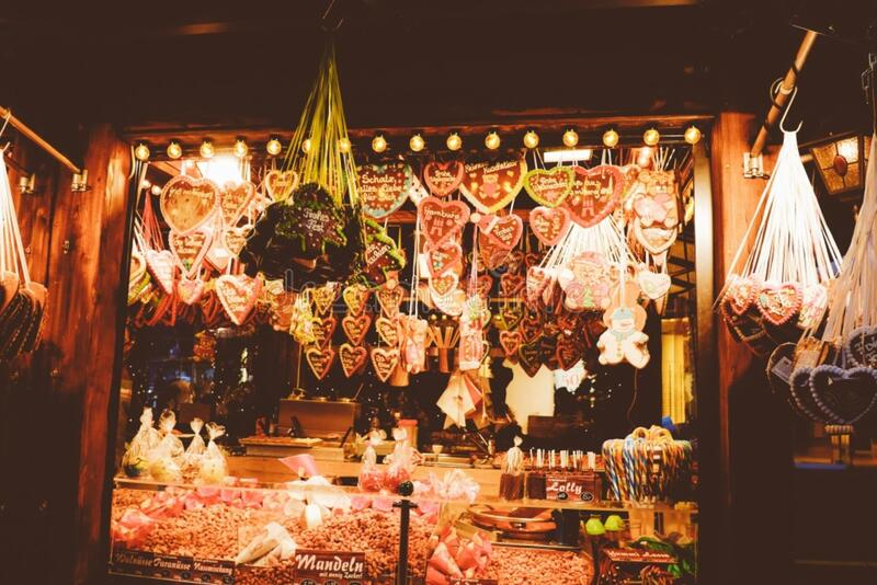 Gingerbread hearts on the Christmas market stock images