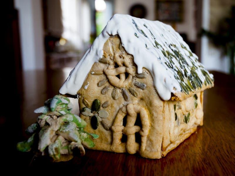 Gingerbread House en een dennenboom op de houten tafel stock afbeelding