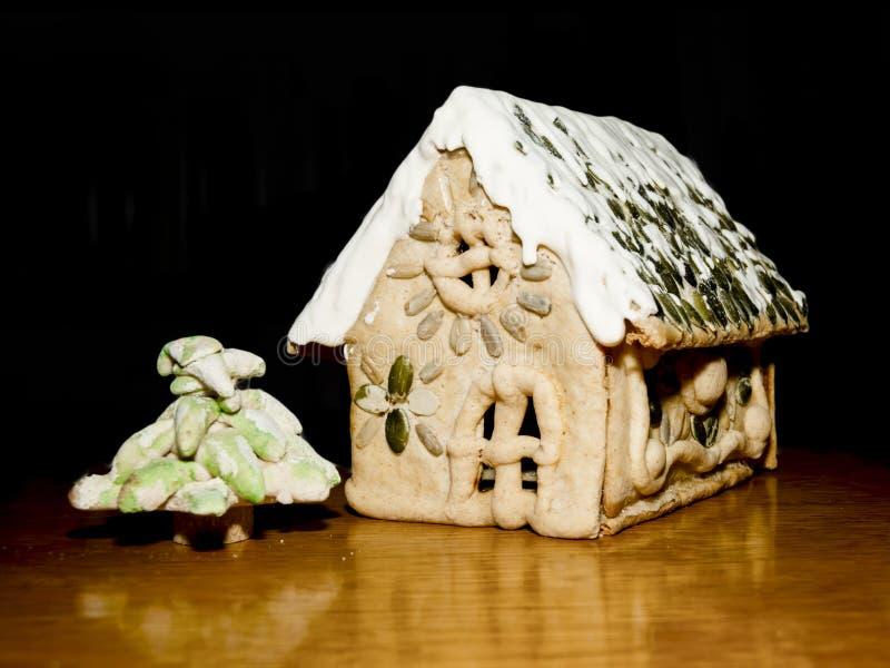 Gingerbread House en een dennenboom op de houten tafel royalty-vrije stock foto's