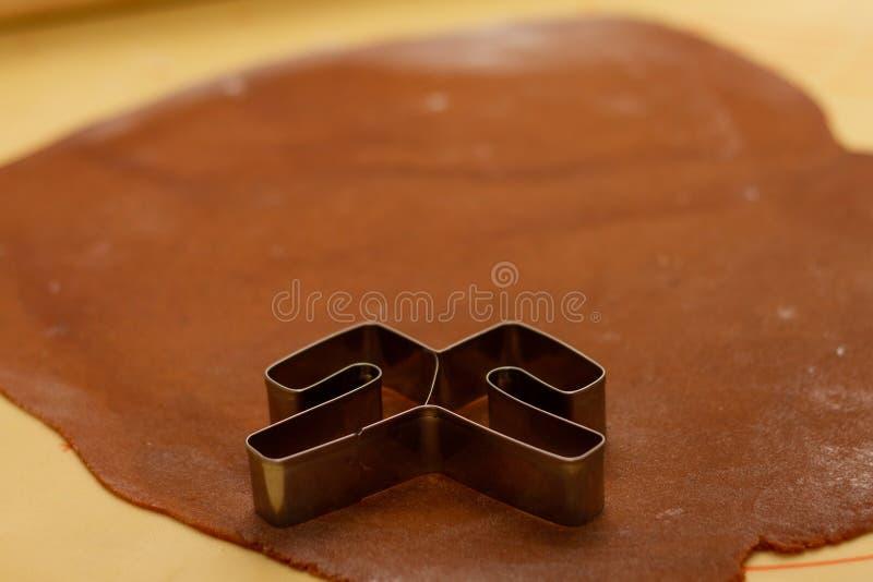 Gingergbread-Gebäck bereit geschnitten zu werden stockfotografie