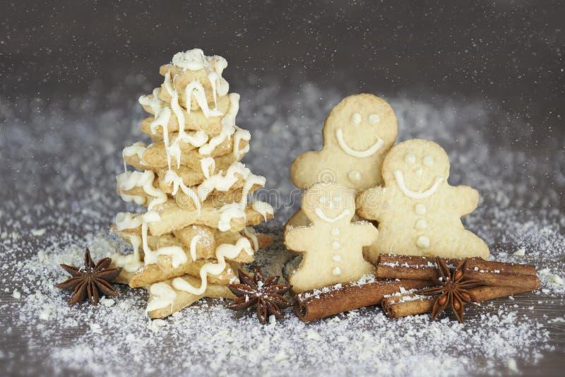 Gingermanfamilie die pret hebben in openlucht stock foto