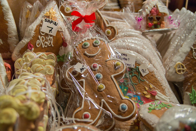Gingermankoekjes in de doos stock afbeeldingen