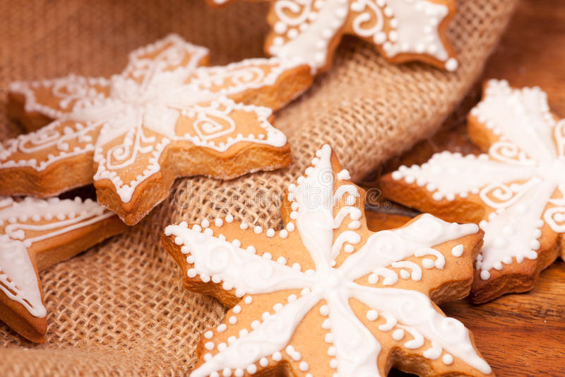 Gingermankoekjes in de doos stock afbeelding