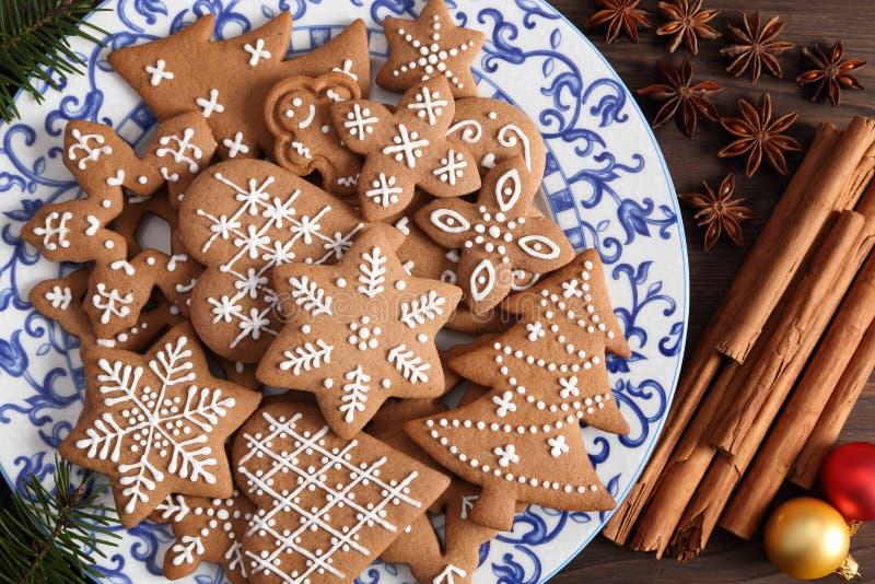 Gingermankoekjes in de doos royalty-vrije stock afbeelding