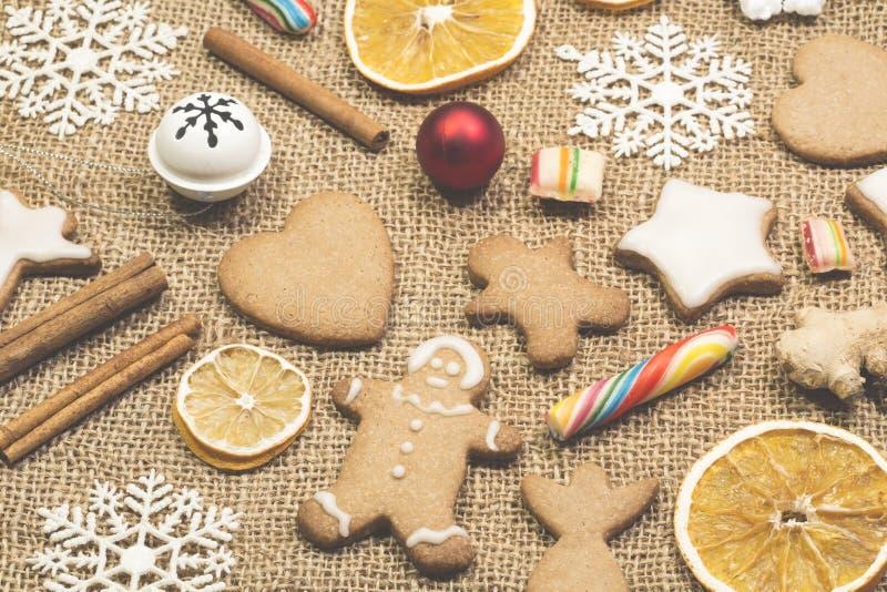 Gingermankoekjes in de doos stock foto's