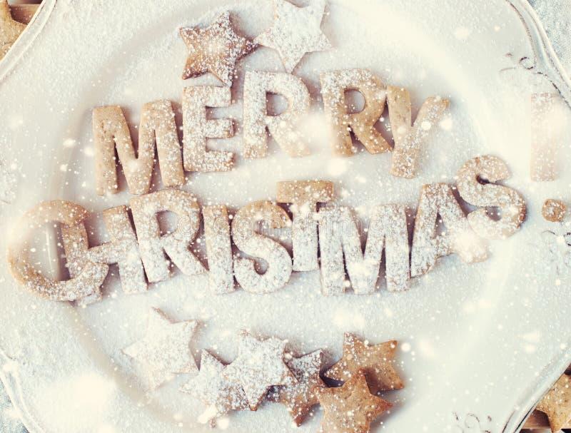 Gingermankoekjes in de doos Uitstekende plaat Vrolijke Kerstmis Getrokken sneeuw royalty-vrije stock fotografie