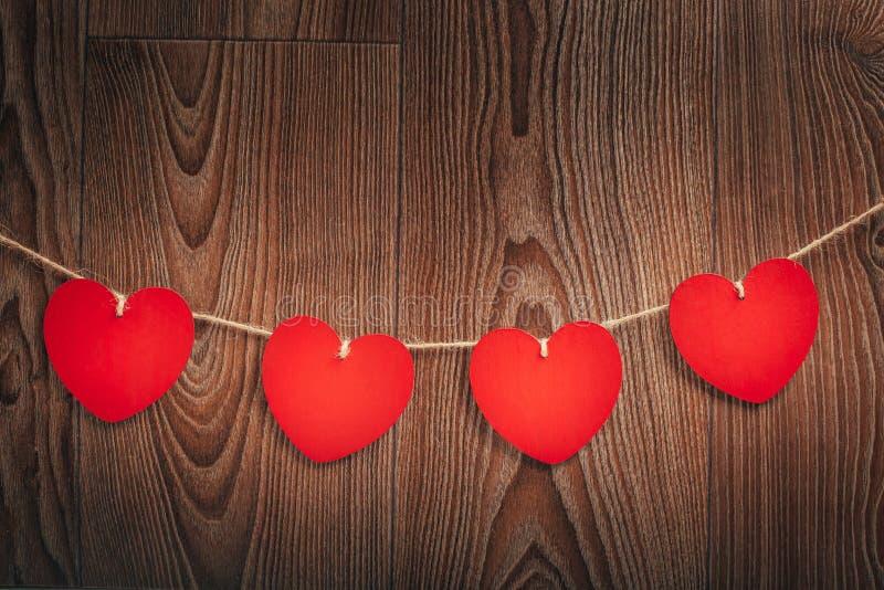 Gingham miłości walentynki ` s serc czerwieni i sznura naturalne klamerki wiesza na nieociosanym driftwood tekstury tle fotografia royalty free