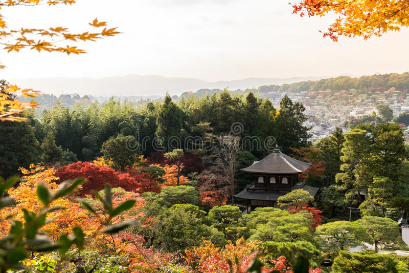 Ginkakuji versilbern (der silberne Pavillon) im Herbst stockbild
