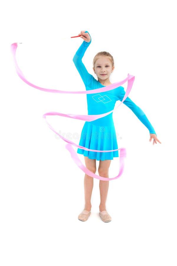 Ginnasta della ragazza che si esercita con il nastro rosa su bianco immagine stock libera da diritti