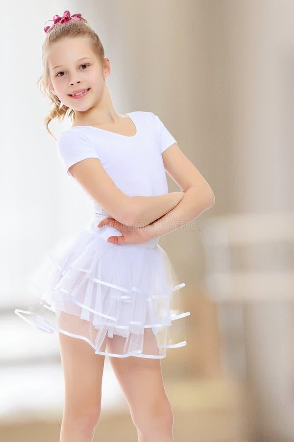 Ginnasta della ragazza in una tuta sportiva bianca immagini stock libere da diritti