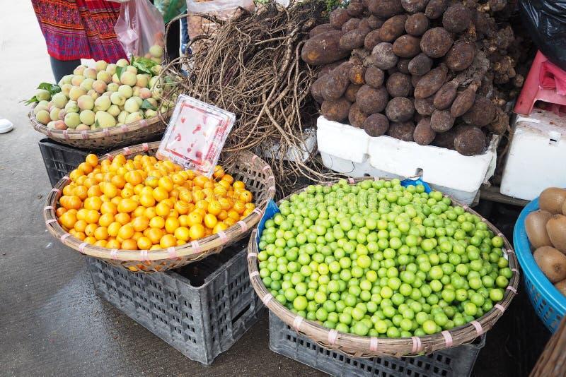 Ginsém e mandioca alaranjados do cal do pêssego na cesta no mercado da manhã fotografia de stock