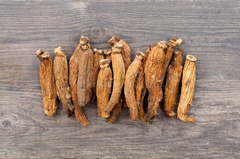 Ginseng op houten lijst royalty-vrije stock afbeeldingen