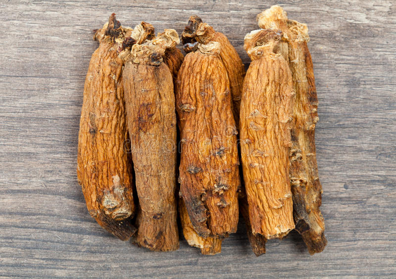 Ginseng op houten lijst stock afbeeldingen