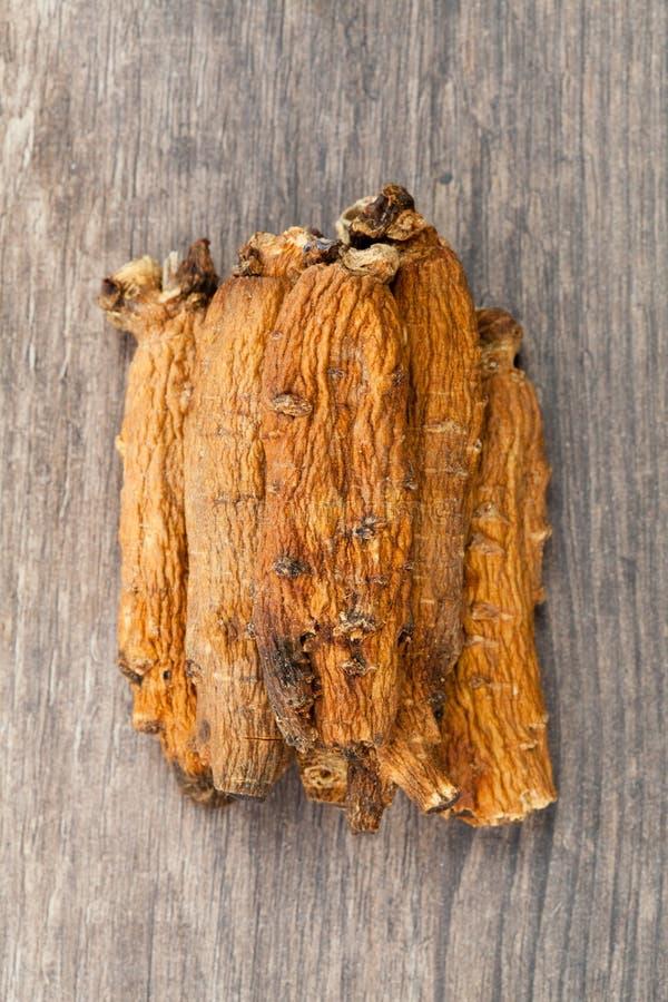 Ginseng sur la table en bois photo stock