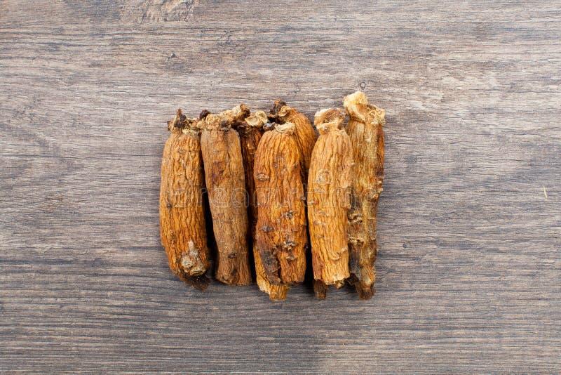 Ginseng sur la table en bois photos stock