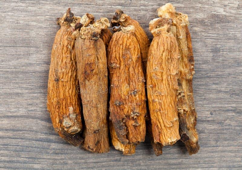 Ginseng sur la table en bois images stock