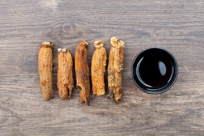 Ginseng sur le bois photographie stock