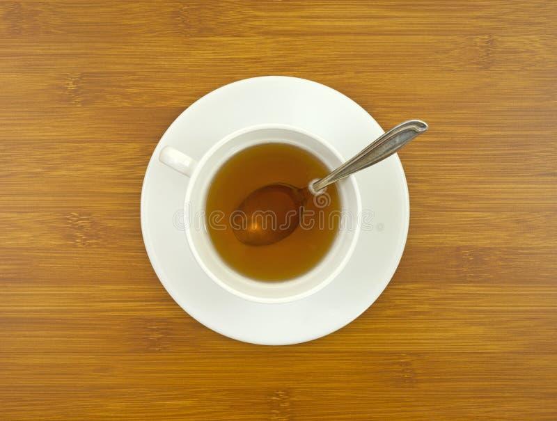 Ginsengtee mit Löffel auf Tischplatte stockbild