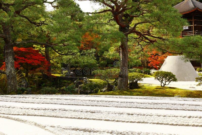 Ginshadan med bakgrunden av Kogetsudai och Kannon-hålan royaltyfria bilder