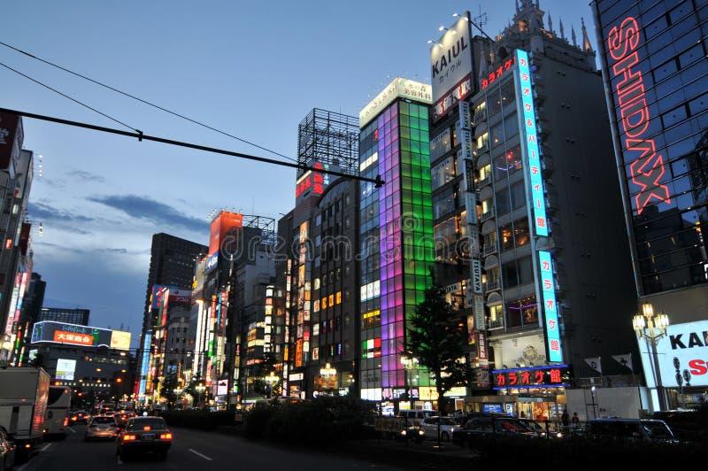 Ginza okręg z iluminującymi budynkami przy nocą obraz royalty free
