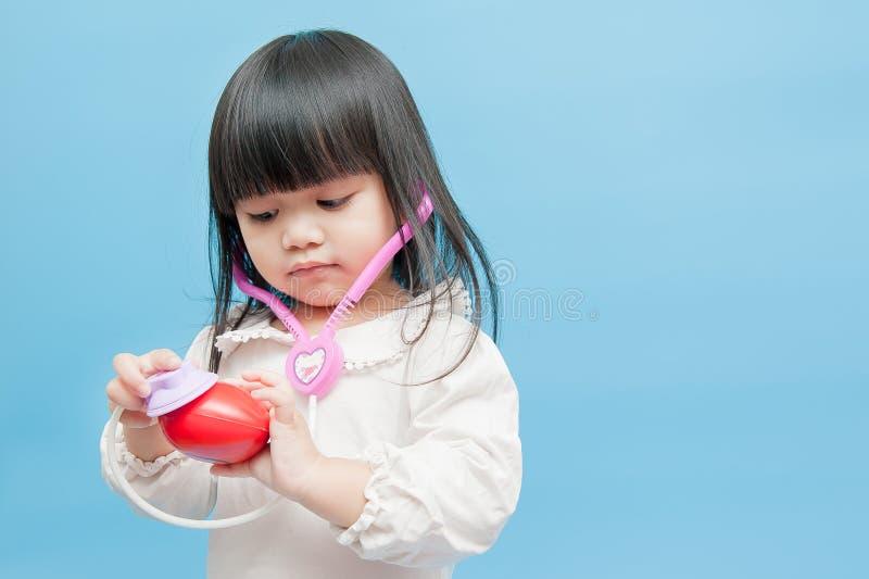 Giocando come medico, malattia cardiaca fotografie stock libere da diritti
