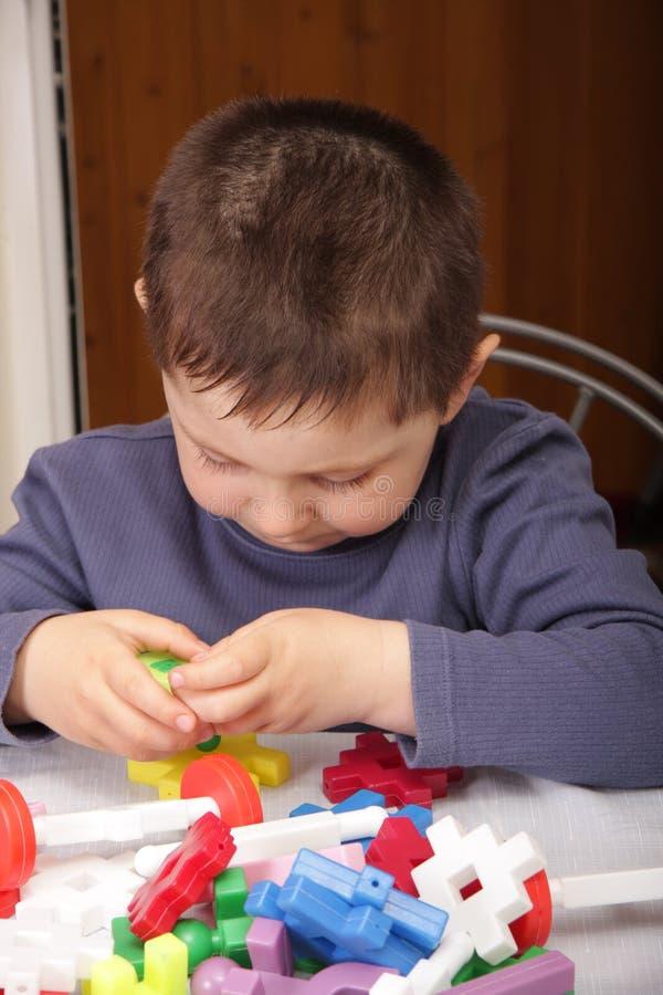 Giocando con i blocchetti del giocattolo fotografie stock libere da diritti