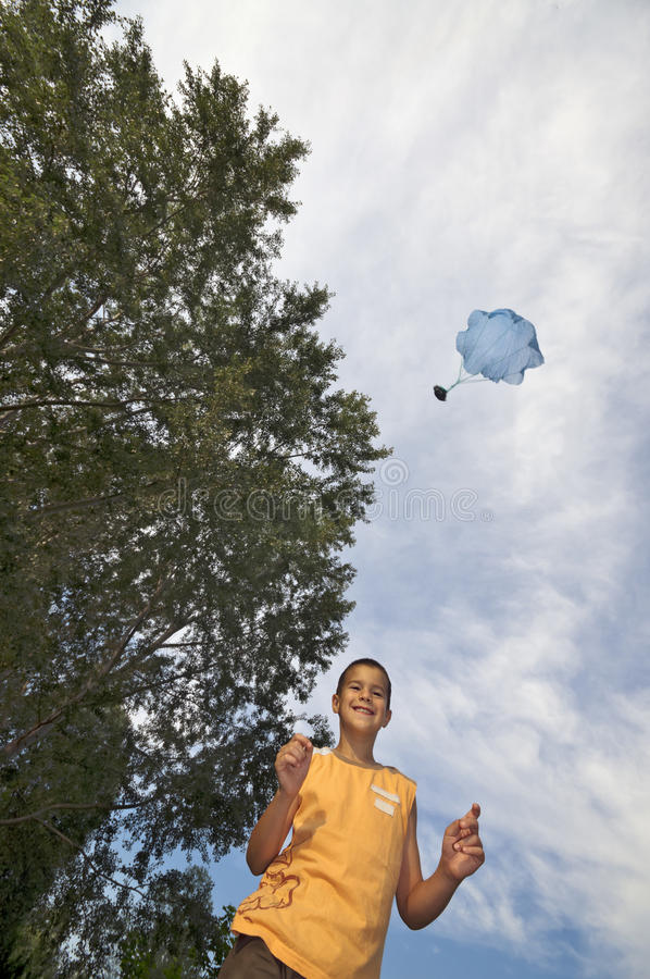 Giocando con il verticale del giocattolo del paracadute immagini stock libere da diritti
