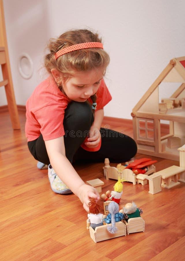 Giocando con la casa della bambola immagine stock libera da diritti