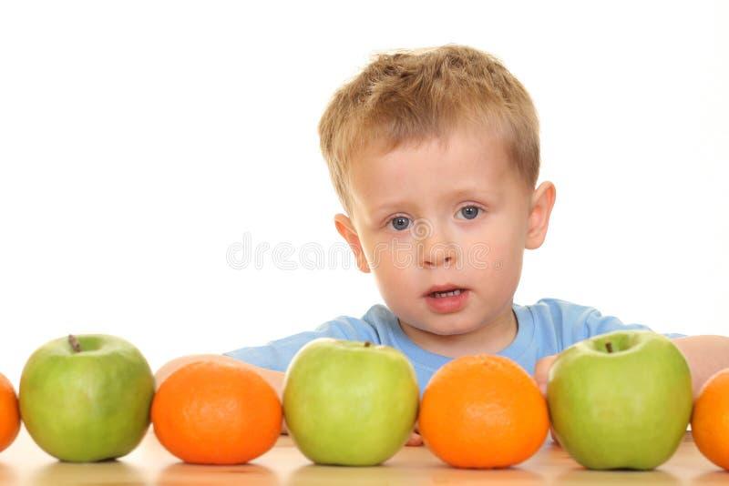 Giocando con la frutta immagini stock libere da diritti
