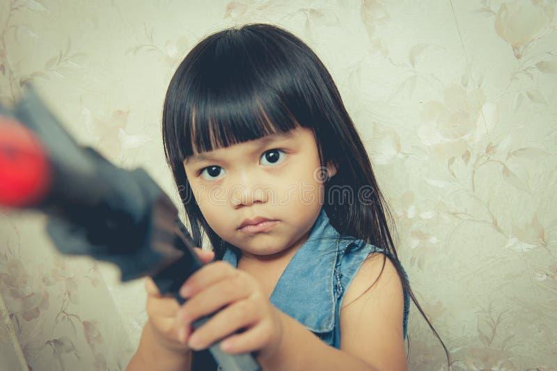 Giocando con la pistola fotografia stock libera da diritti