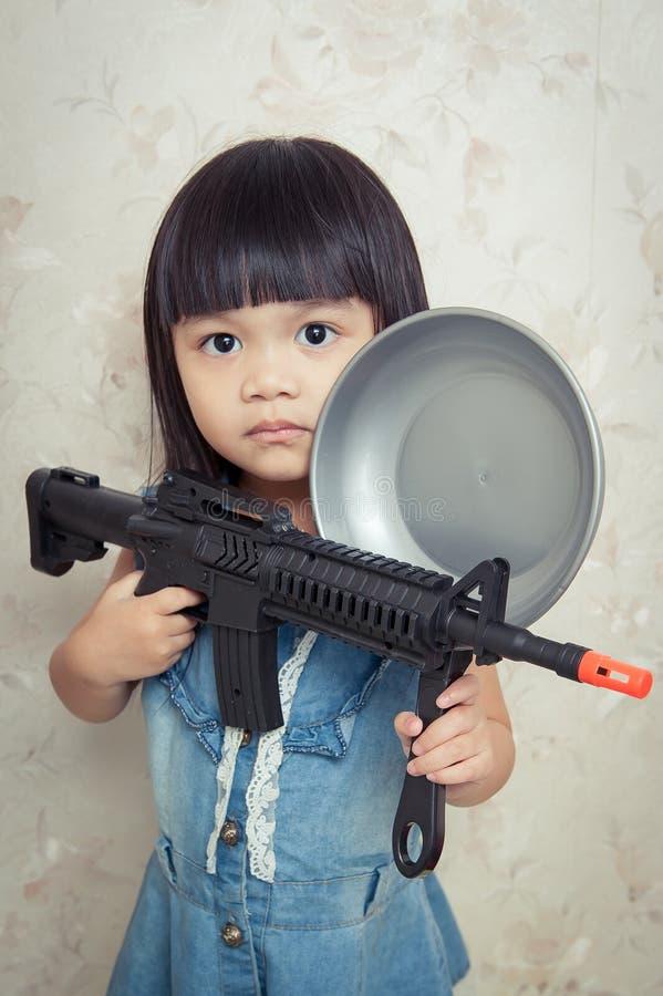 Giocando con la pistola fotografia stock
